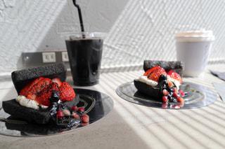 コーヒー1杯の隣の皿の上のケーキのスライスの写真・画像素材[2261038]