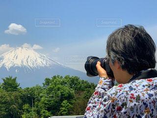 富士山を撮影する男性の写真・画像素材[2131835]