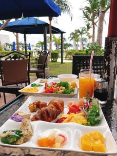 ピクニックテーブルの上の食べ物の皿の写真・画像素材[2504513]