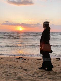 風景,海,空,夕日,ビーチ,黒,コート,夕暮れ,サンセット,コーデ,パンプス,ブラック,バッグ,黒コーデ,ブラックコーデ