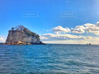 水域の真ん中にある島の写真・画像素材[2208535]