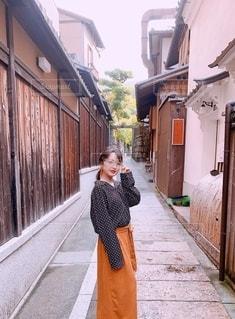 歩道に立っている女性の写真・画像素材[2725768]