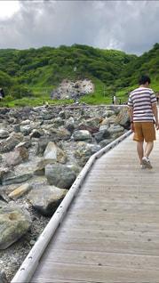 男性,屋外,緑,後ろ姿,ボーダー,半ズボン,山,岩,人物,背中,道,人,遊歩道,半袖