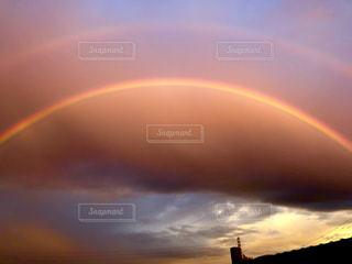 夕暮れの空に架かる2つの虹の写真・画像素材[2513441]