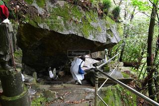 岩の上に座っている人の写真・画像素材[2211130]