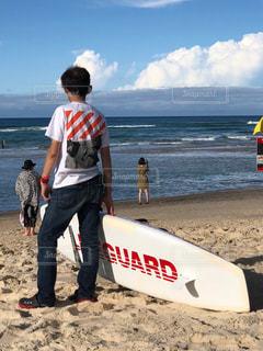 風景,海,空,夏,屋外,海外,サーフィン,白,水面,日差し,人物,人,Tシャツ,板,ジーパン,半袖