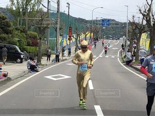 通りを歩いている人々のグループの写真・画像素材[2108058]