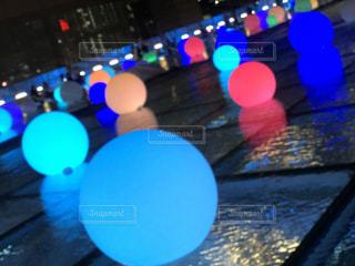 水に浮かぶ魔法のボールの写真・画像素材[2121428]