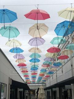建物の前にあるカラフルな傘の列の写真・画像素材[2177630]