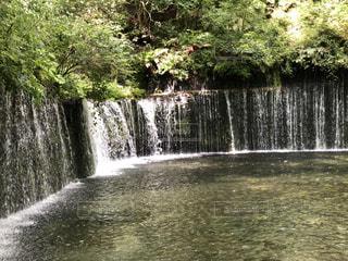 水の上に大きな滝の写真・画像素材[2210819]