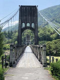 川にかかる長い橋の写真・画像素材[2210837]