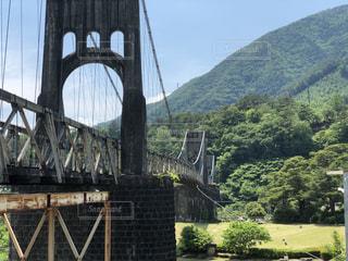 山を背景にした橋の写真・画像素材[2210867]