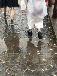雨の中を歩く人々のグループの写真・画像素材[2217075]