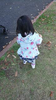 子ども,風景,屋外,散歩,子供,少女,草,人物,人,地面,天気,履物