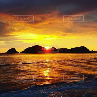 水の体の上の夕日の写真・画像素材[2260628]