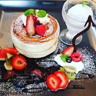 テーブルの上に果物が置かれたケーキの写真・画像素材[2279440]