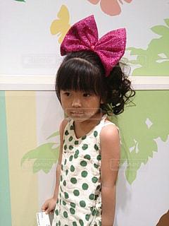 部屋に立っている小さな女の子の写真・画像素材[2281748]