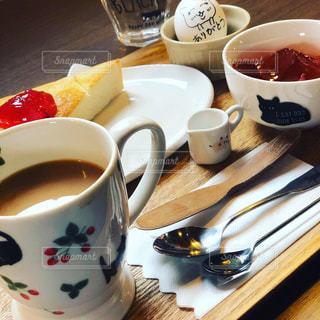 テーブルの上でコーヒーを一杯飲むの写真・画像素材[2291569]