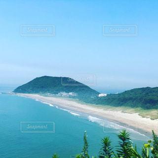 海に山がある水域の写真・画像素材[2329134]