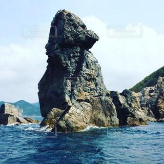 水域の真ん中にある岩の島の写真・画像素材[2329138]