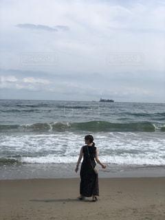 浜辺に立っている人の写真・画像素材[2329144]