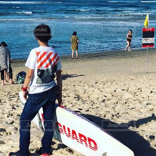 砂浜の上に立つ人々のグループの写真・画像素材[2329153]