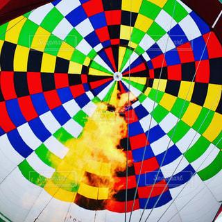 空気中のカラフルな風船の写真・画像素材[2344757]
