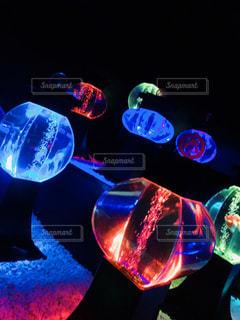 青い光で覆われたテーブルの写真・画像素材[2344836]