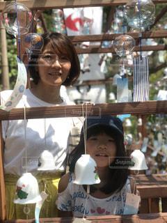 小さな女の子がカメラを見ているの写真・画像素材[2364212]