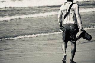 風景,海,ビーチ,歩く,波,水面,男,古い,人物,人,地面,フィルム,懐かしい,運ぶ,日中,フィルム写真,履物,ライフセーバー,フィルムフォト
