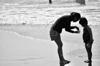 2人,風景,海,スポーツ,屋外,ビーチ,波,水面,子供,古い,人物,人,フィルム,懐かしい,フィルム写真,フィルムフォト,黒と白