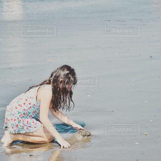 水域の少女の写真・画像素材[2432346]