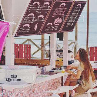 テーブルに座っている女性の写真・画像素材[2432394]