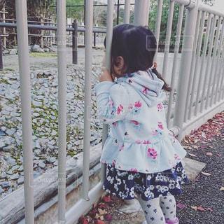 風景,屋外,景色,女の子,少女,人物,人,フェンス,地面,幼児,フィルム,日中,フィルム写真,少し,フィルムフォト