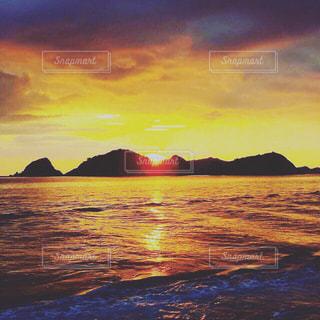 水の体の上の夕日の写真・画像素材[2432466]