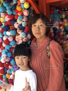 おばあちゃんとポーズの写真・画像素材[2439362]