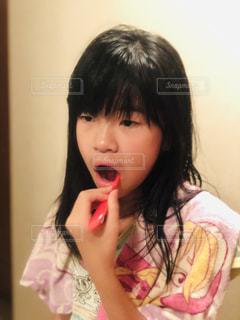 若い女の子が歯を磨いているの写真・画像素材[2439640]