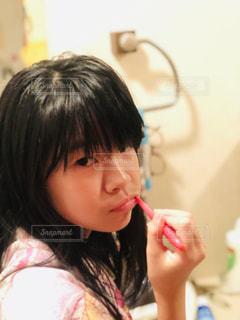 若い女の子が歯を磨いているの写真・画像素材[2439643]