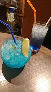 お酒,屋内,カラフル,青,ガラス,テーブル,グラス,店,カクテル,乾杯,ドリンク,飲料