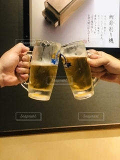 屋内,手,人物,人,グラス,ビール,カップ,店,カクテル,乾杯,ドリンク,祝い