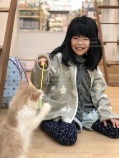 猫を抱いている人の写真・画像素材[2709850]
