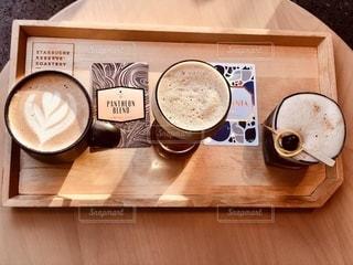 木製のテーブルの上にパンフレットの積み重ねの写真・画像素材[2735064]