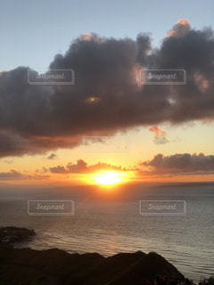 水域に沈む夕日の写真・画像素材[2792034]