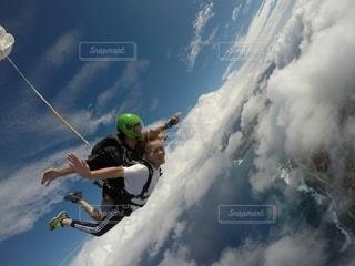 スキーに乗りながら空を飛んでいる男の写真・画像素材[2792036]