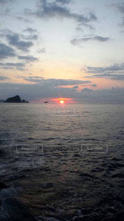 水域に沈む夕日の写真・画像素材[2864239]