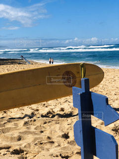 海の隣の砂浜の看板の写真・画像素材[2870830]