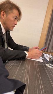テーブルの上に座っている人の写真・画像素材[2880150]
