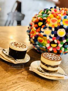 木製のテーブルの上に座っているチョコレートケーキのクローズアップの写真・画像素材[2891160]