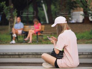 ベンチに座っている男の写真・画像素材[763058]