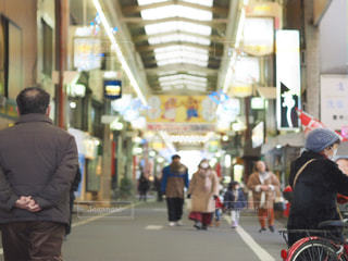 男性,建物,屋外,散歩,商店街,人物,人,外出,お出かけ